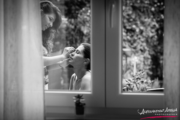fotografo matrimonio Lugano - Make-up sposa visto attraverso la finestra