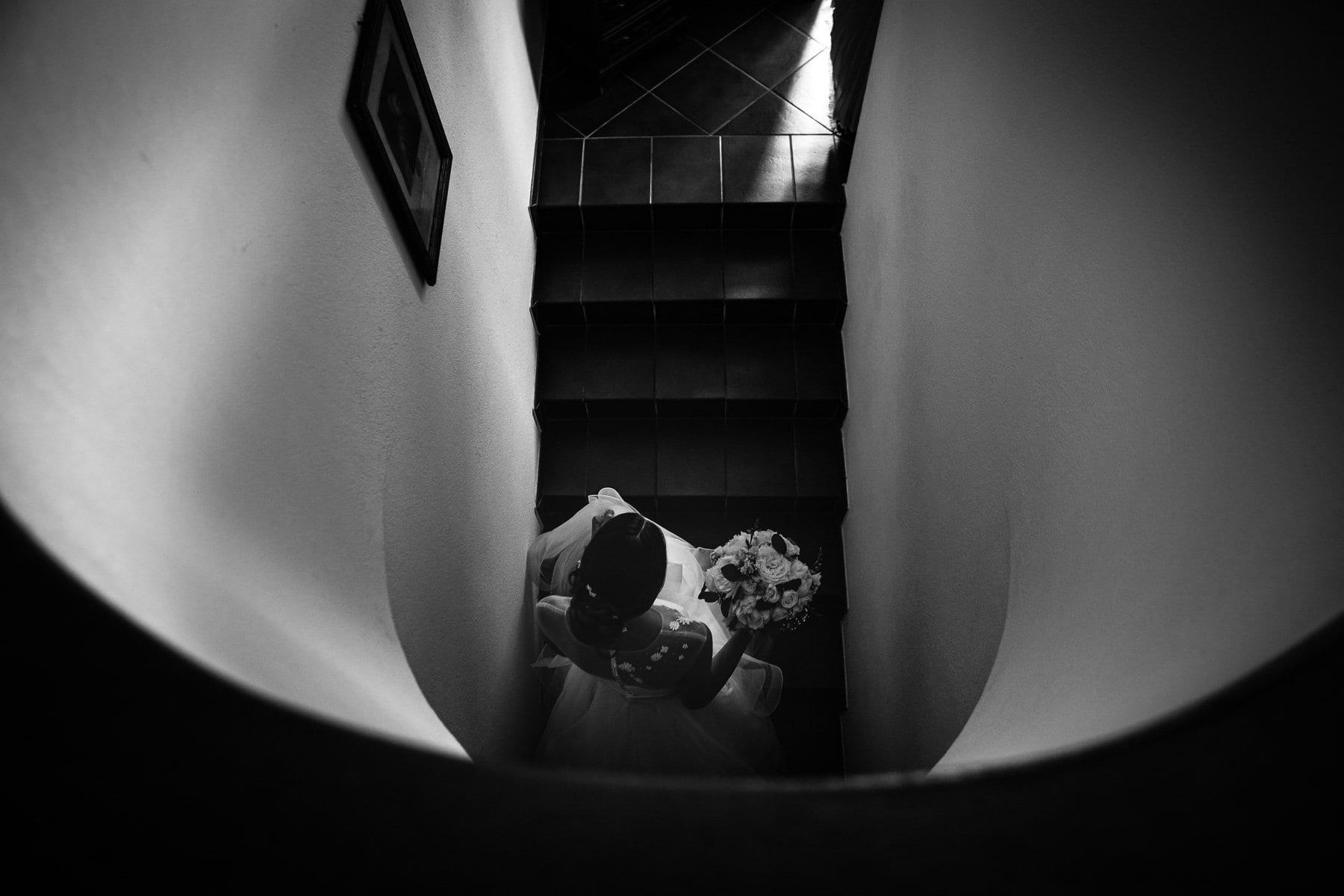 La sposa si prepara ad uscire di casa