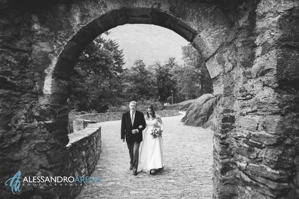 matrimonio castello Sasso Corbaro Bellinzona - Il papà accompagna la sposa