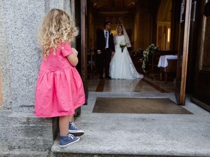 Bambina attende gli sposi