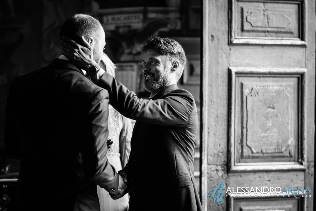 Sposo Accoglie gli invitati - Chiesa Sant'Antonio Abate alla Motta - Matrimonio a Varese