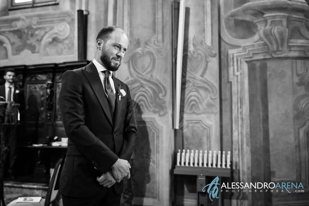 Lo sposo durante l'ingresso della sposa - Chiesa Sant'Antonio Abate alla Motta - Matrimonio a Varese - Alessandro Arena Fotografo