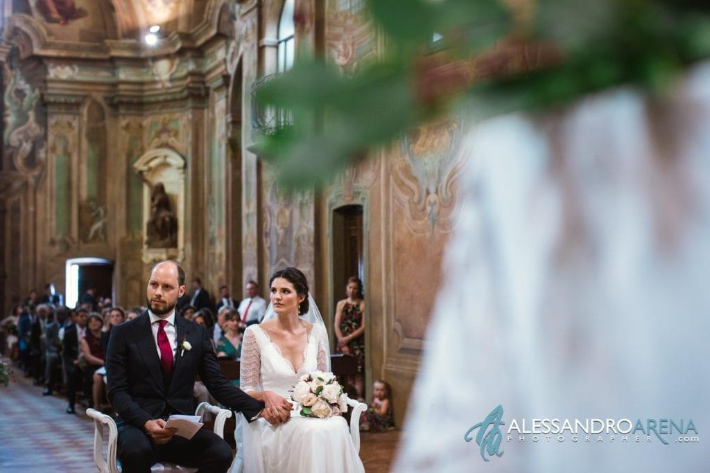 Sposi ascoltano letture - Matrimonio Chiesa Sant'Antonio Abate alla Motta - Matrimonio a Varese