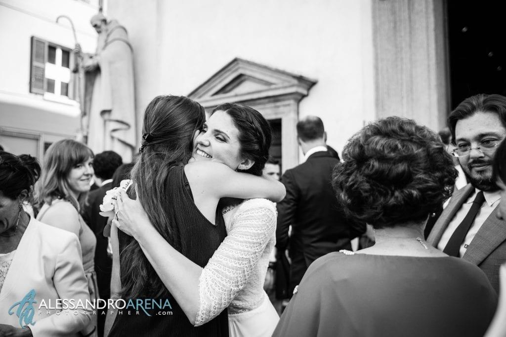Abbraccio per la sposa - Matrimonio a Varese - Chiesa Sant'Antonio Abate - Alessandro Arena Fotografo