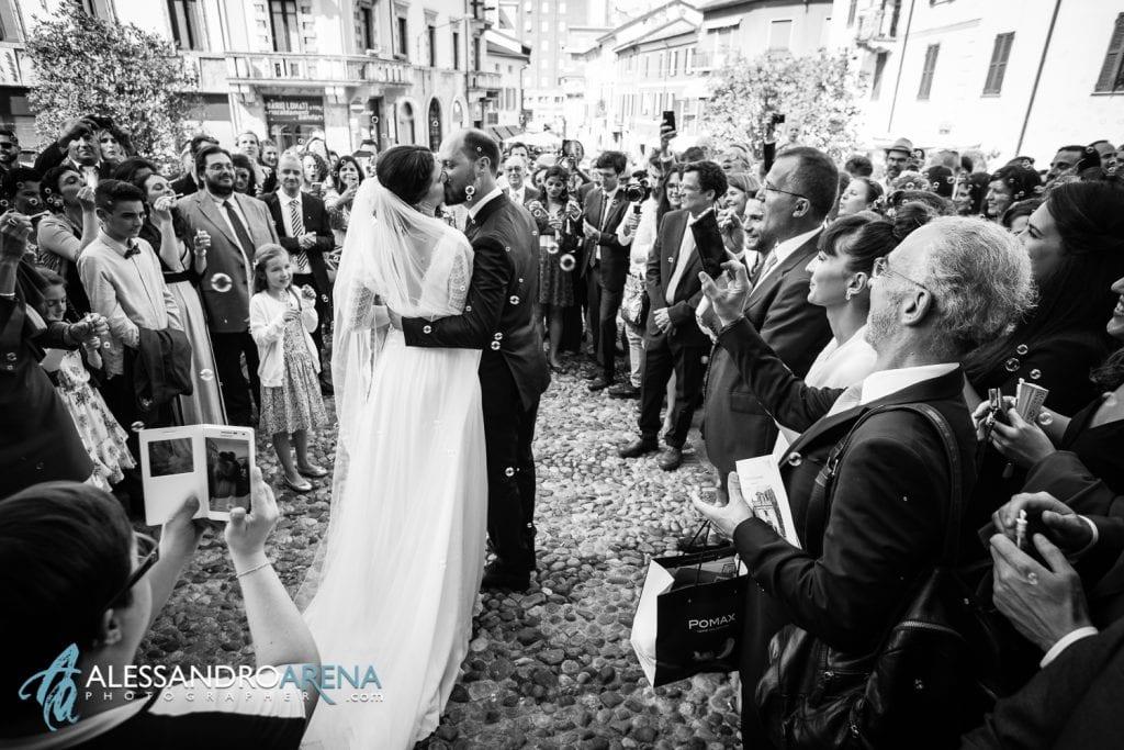 Bacio per gli sposi - Matrimonio a Varese - Chiesa Sant'Antonio Abate - Alessandro Arena Fotografo-5