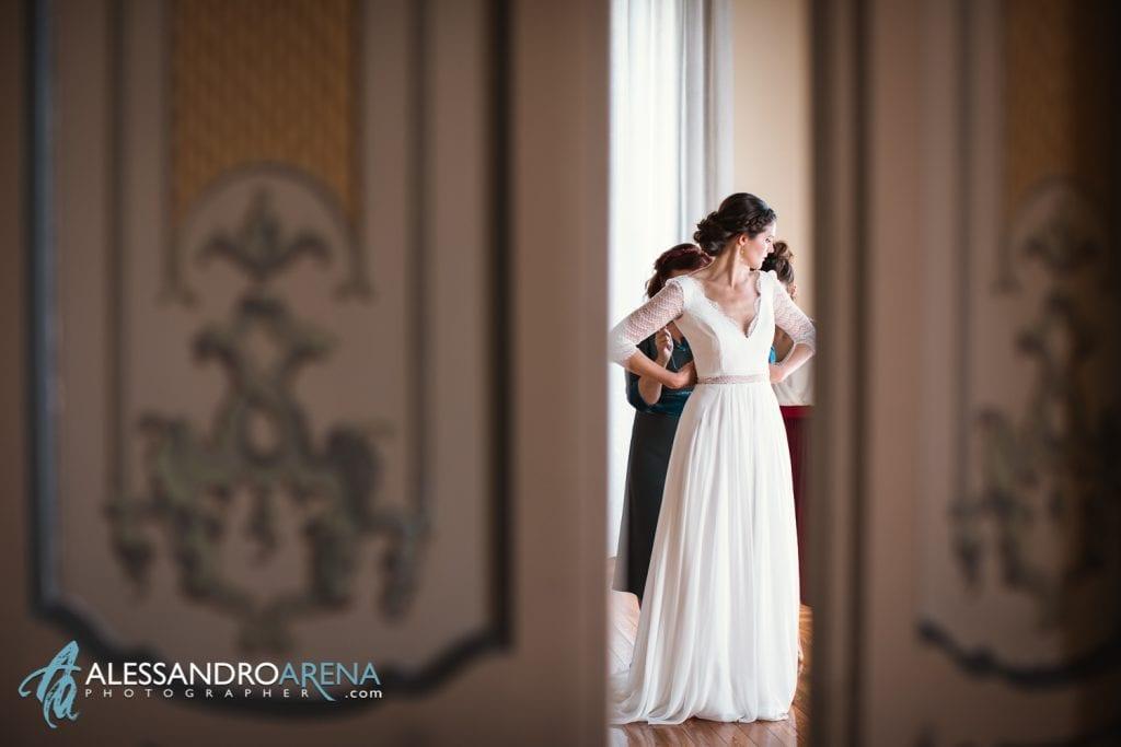 Sposa indossa l'abito - Matrimonio a Varese Location Villa Esengrini Montalbano - Alessandro Arena Fotografo