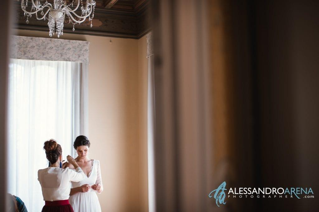 Ultimi ritocchi abito - Matrimonio a Varese Location Villa Esengrini Montalbano - Alessandro Arena Fotografo-4