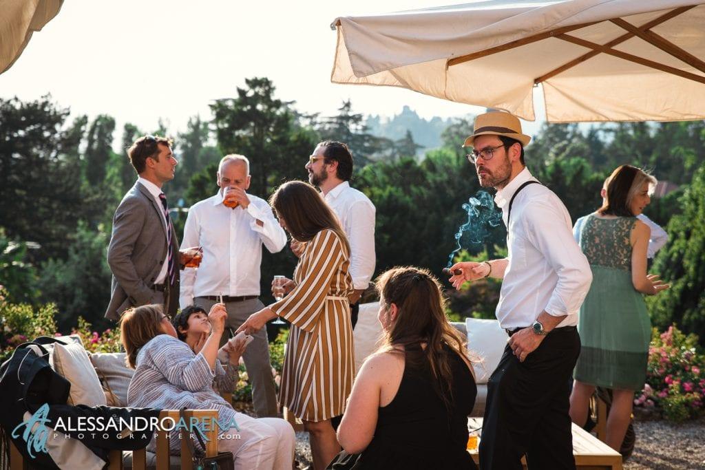 Invitati durante l'aperitivo - Matrimonio a Villa Montalbano Varese
