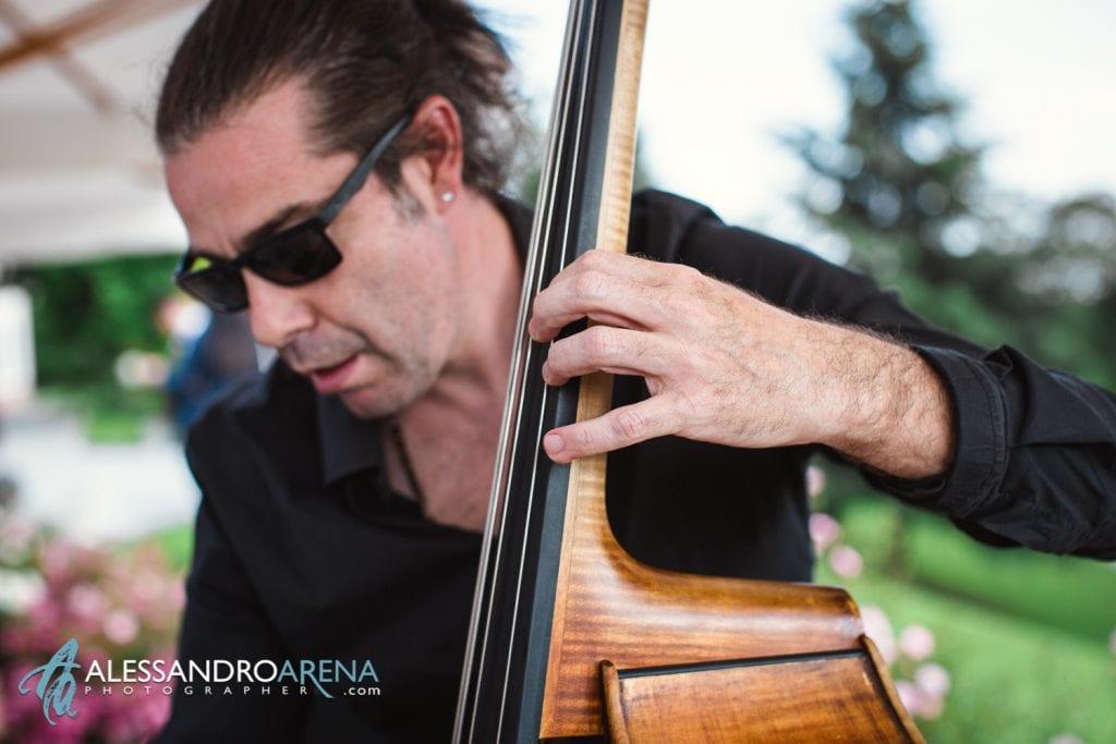 Ariel Jazz Contrabasso - Matrimonio a Villa Montalbano Varese - Aperitivo - Alessandro Arena Fotografo