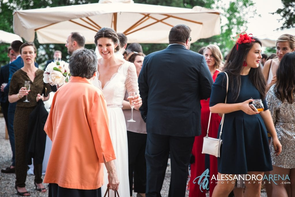 Sposa durante l'aperitivo - Matrimonio a Villa Montalbano Varese
