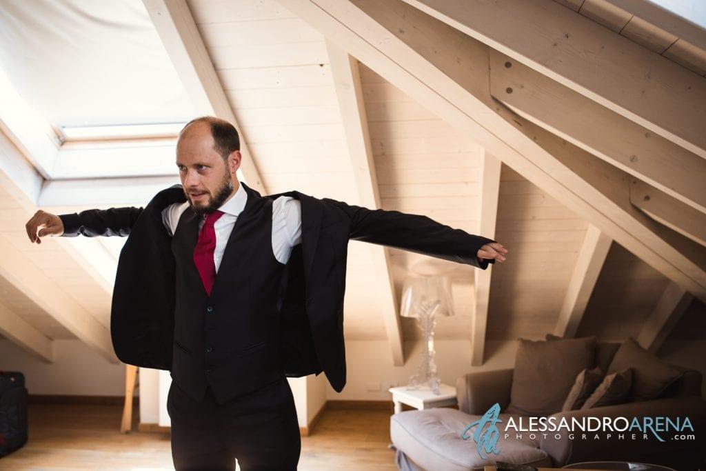 Sposo indossa la Giacca - Preparativi Sposo Matrimonio a Varese Location - Art Hotel