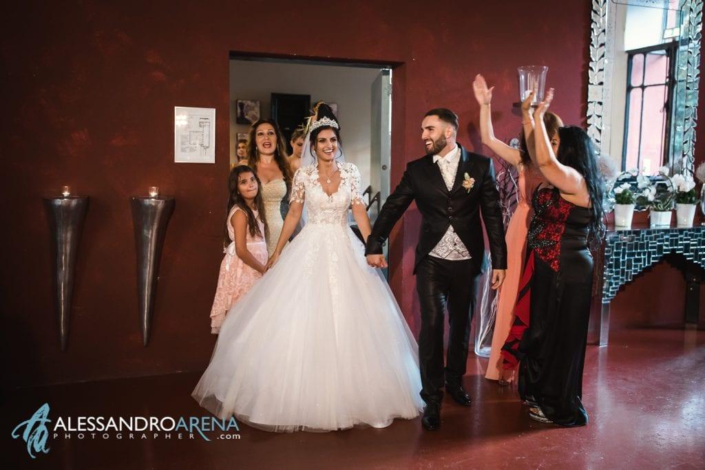 """Arrivo degli sposi alla sala """"La Fabbrica"""" - Albergo ristorante La Madonnina Cantello matrimonio"""