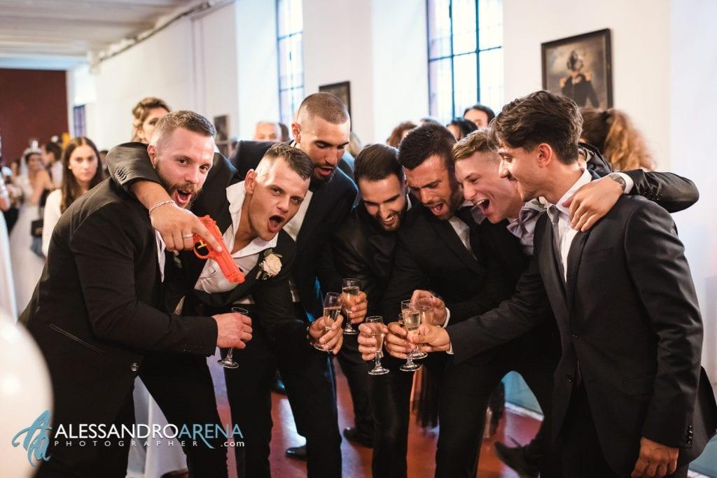 """Sposo brinda con gli amici - sala """"La Fabbrica"""" - La Madonnina Cantello matrimonio"""