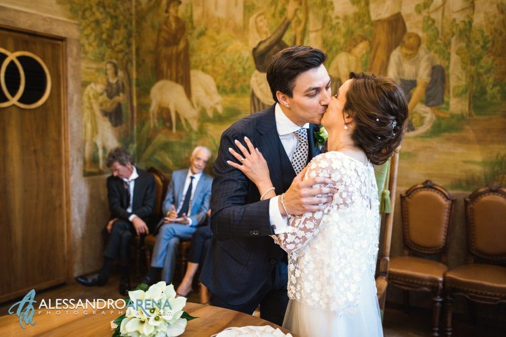 Bacio tra i novelli sposi