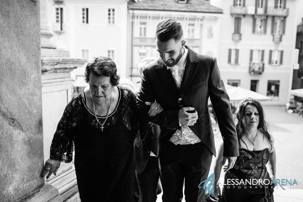 Lo sposo accompagna la nonna