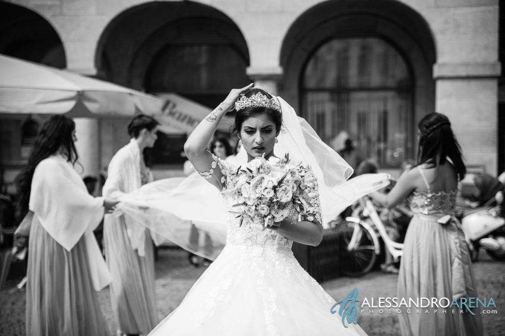La sposa sistema il velo