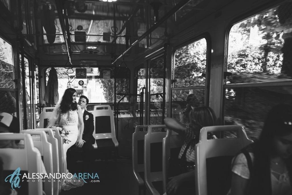 Sposi sulla funicolare San Vigilio - Destination wedding Bergamo