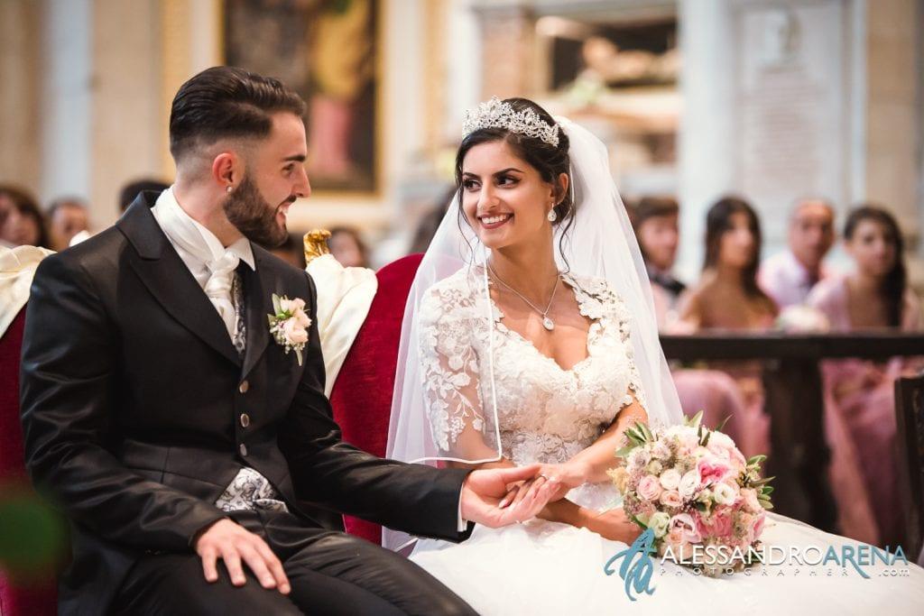 Gli sposi felici guardano le fedi - matrimonio Chiesa collegiata Bellinzona