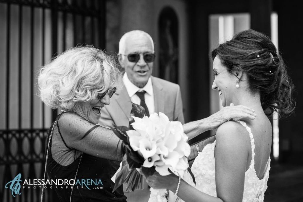 La sposa accoglie gli invitati all'ingresso del municipio