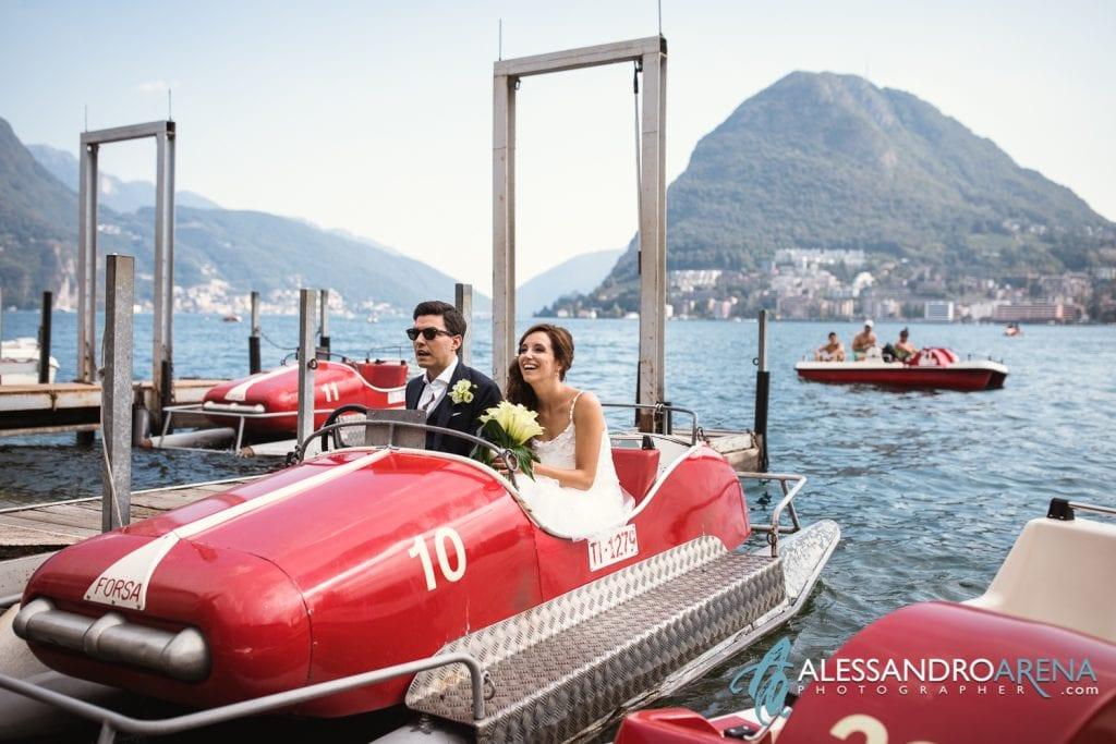 Sposi noleggiano un pedalo sul Lago di Lugano