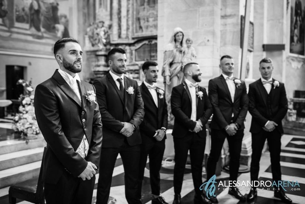 Lo sposo attendeva sposa sull'altare