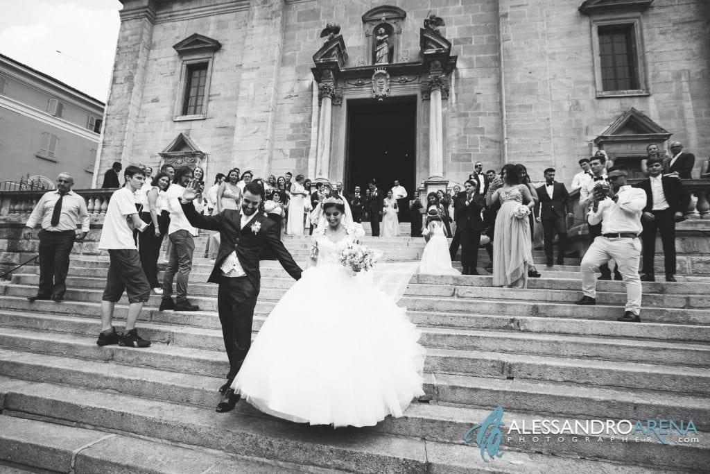 Gli sposi scendono i gradini della chiesa Collegiata di Bellinzona
