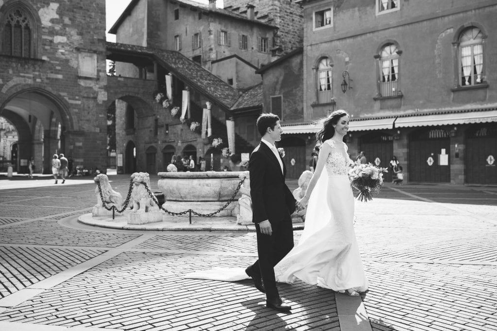 Matrimonio a Bergamo Alta - Sposi mano nella mano