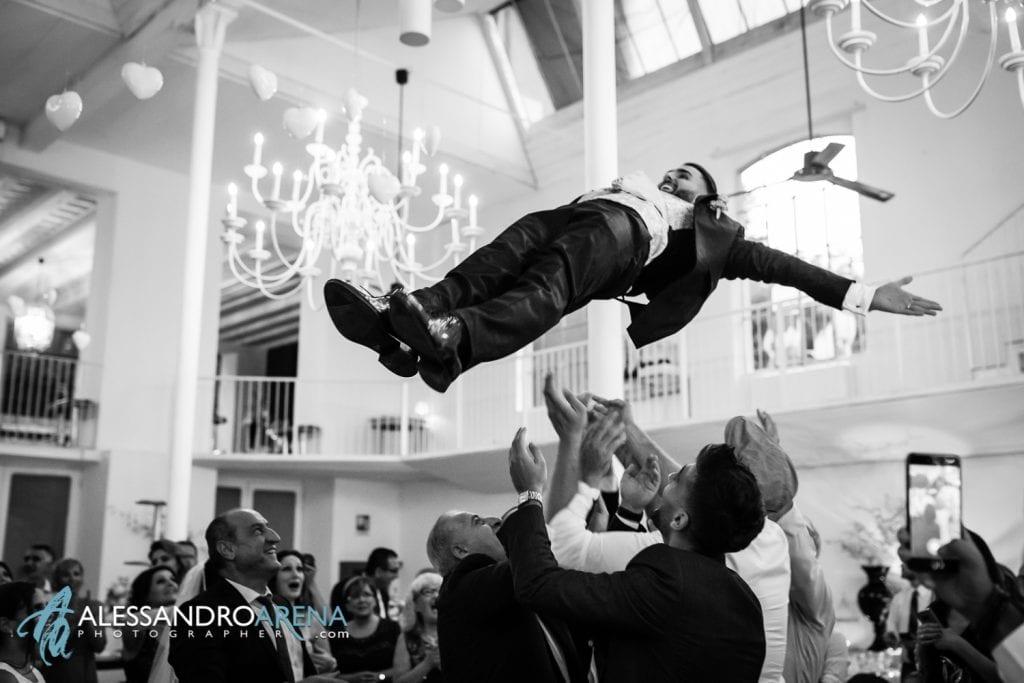 Sposo viene lanciato in aria dagli amici