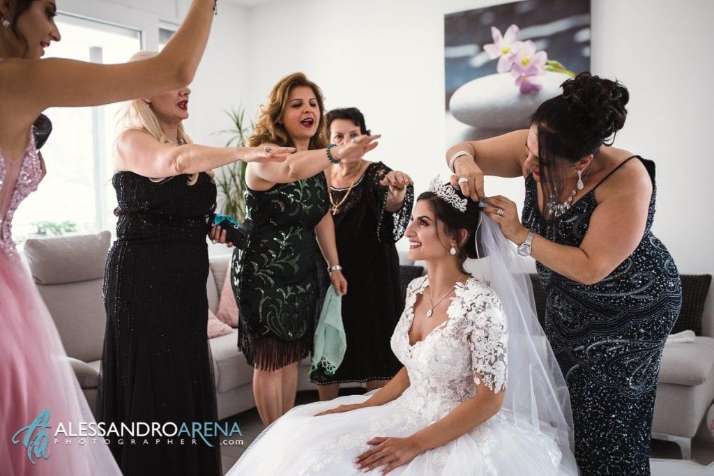 Sposa indossa il velo aiutata dalla madre