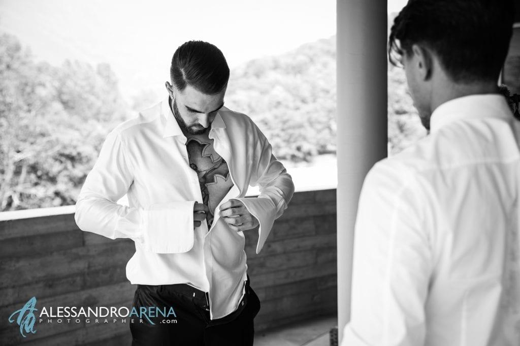 Preparativi sposo - Sposo durante la vestizione