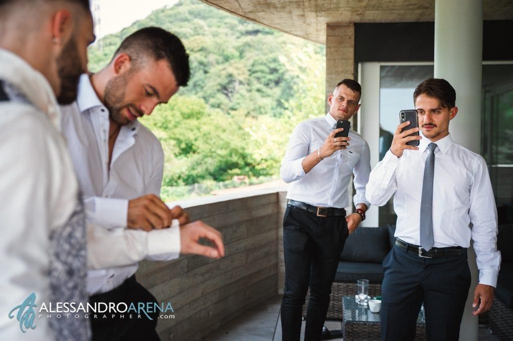 Preparativi sposo - L'amico aiuto lo sposo