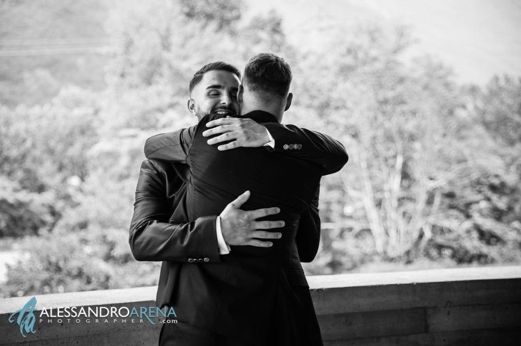 Preparativi sposo - Abbraccio con il miglior amico
