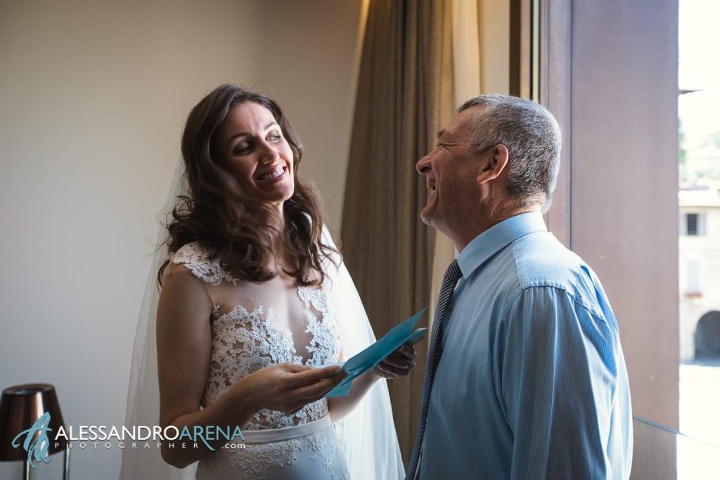 La sposa legge la lettera del padre