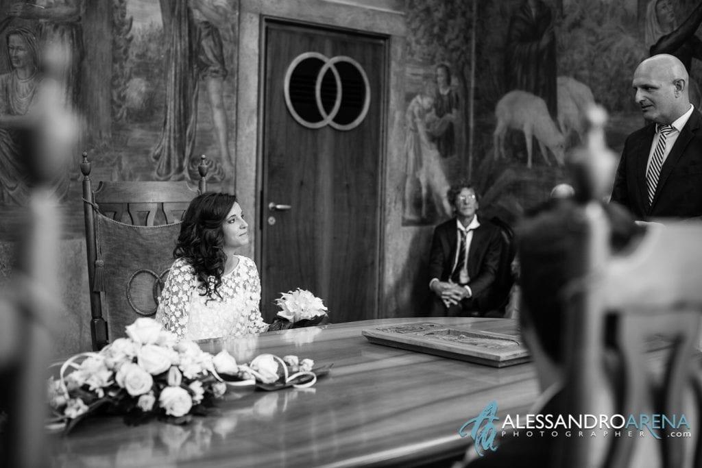 La sposa ascolta le parole dell'assessore