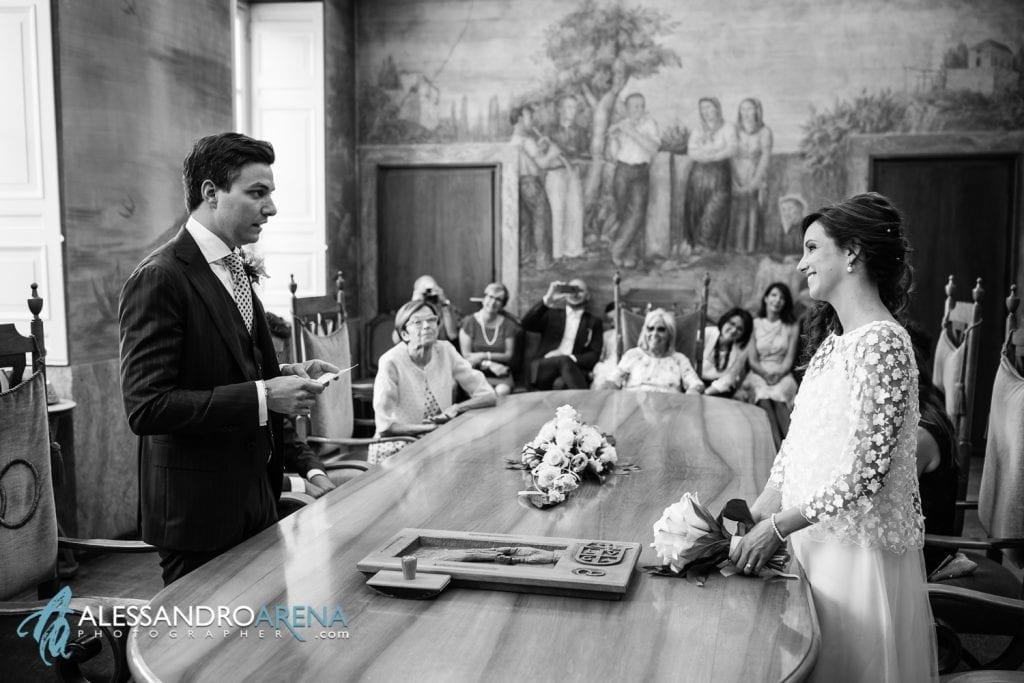 Lo sposo legge una promessa per la sposa - Sala matrimonio rito civile municipio di Lugano