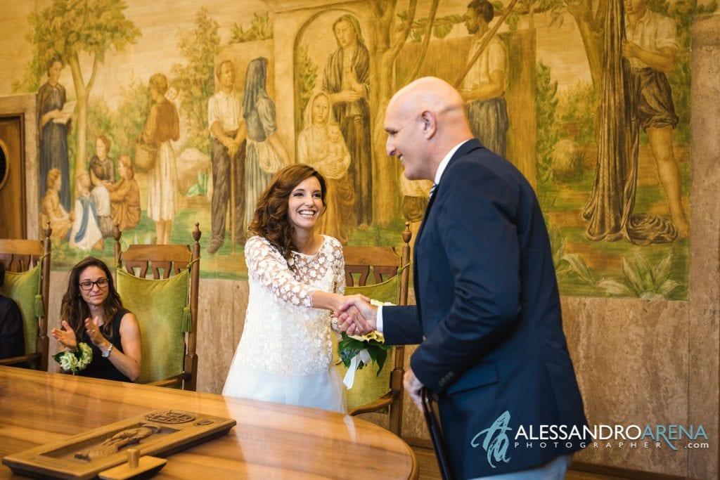 L'assessore si congratula con gli sposi