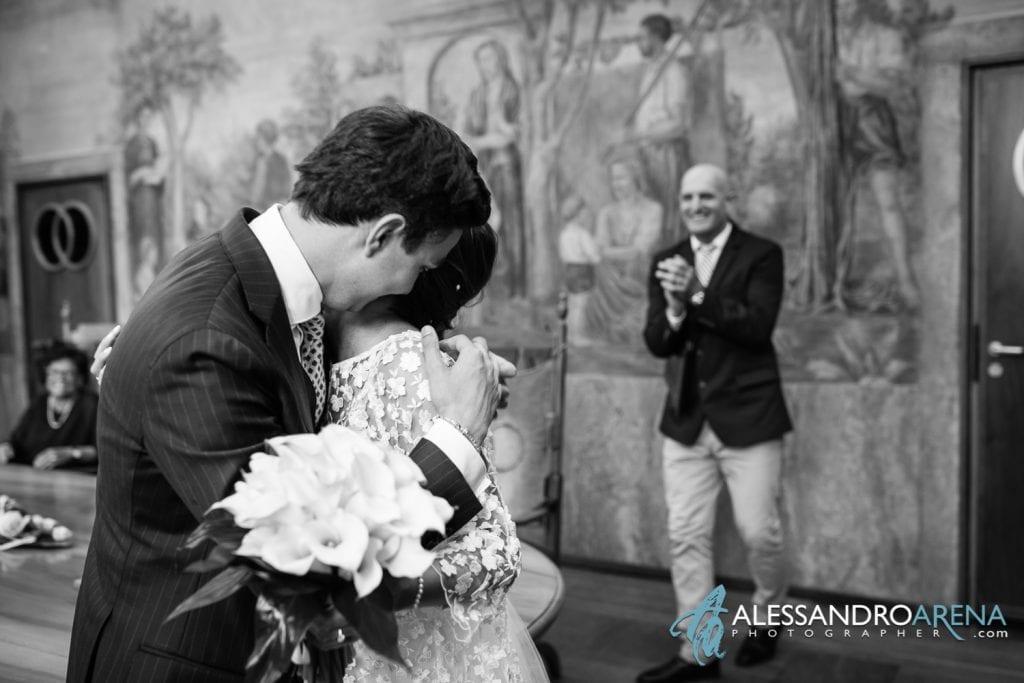 Sposi si abbracciano dopo il si - Sala matrimonio rito civile municipio di Lugano