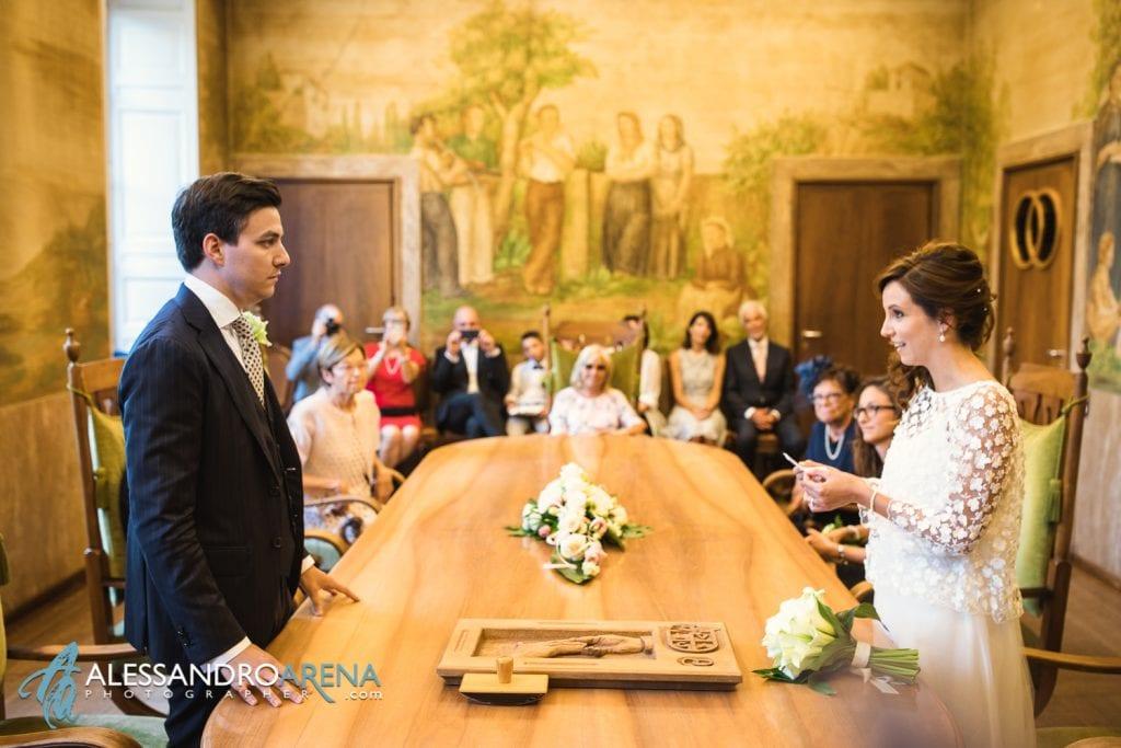 Sposi leggono una promessa - Sala matrimonio rito civile mucipio di Lugano