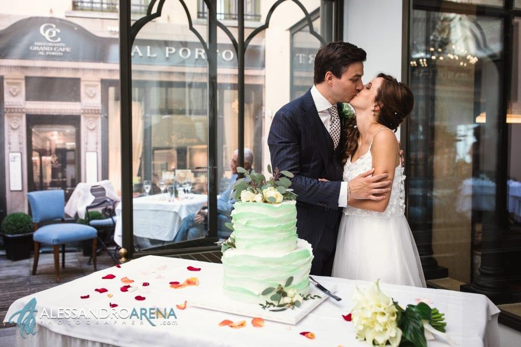 Bacio tra gli sposi