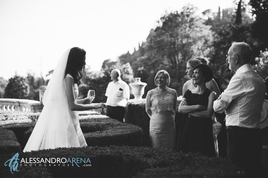 Sposa e Invitati nei giardini di Villa Canton Trescore Location Matrimonio Bergamo