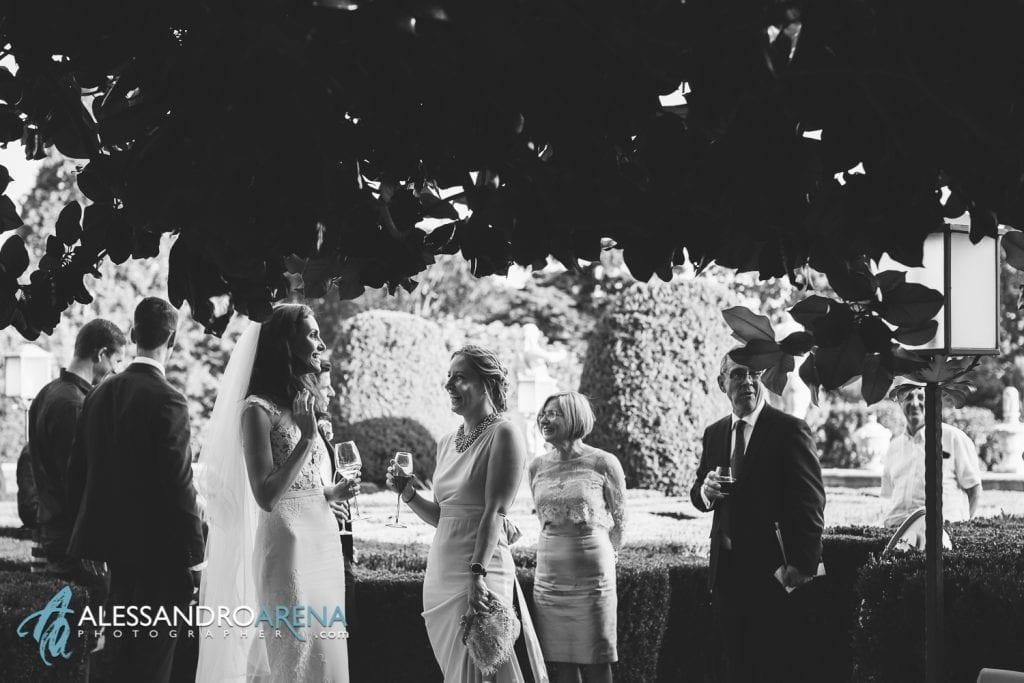 Aperitivo con gli invitati nei giardini di Villa Canton Trescore Location Matrimonio Bergamo