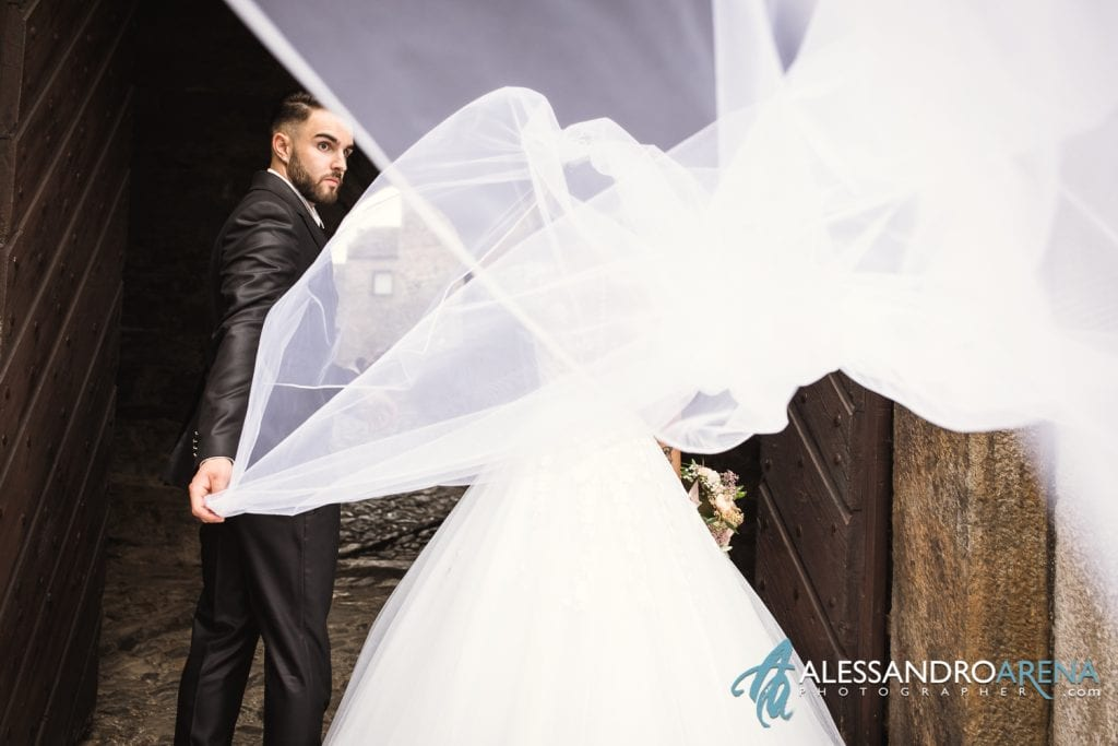 Sposo sistema il velo della sposa