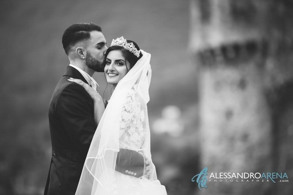 Abbraccio tra gli sposi al castello di Montebello Bellinzona