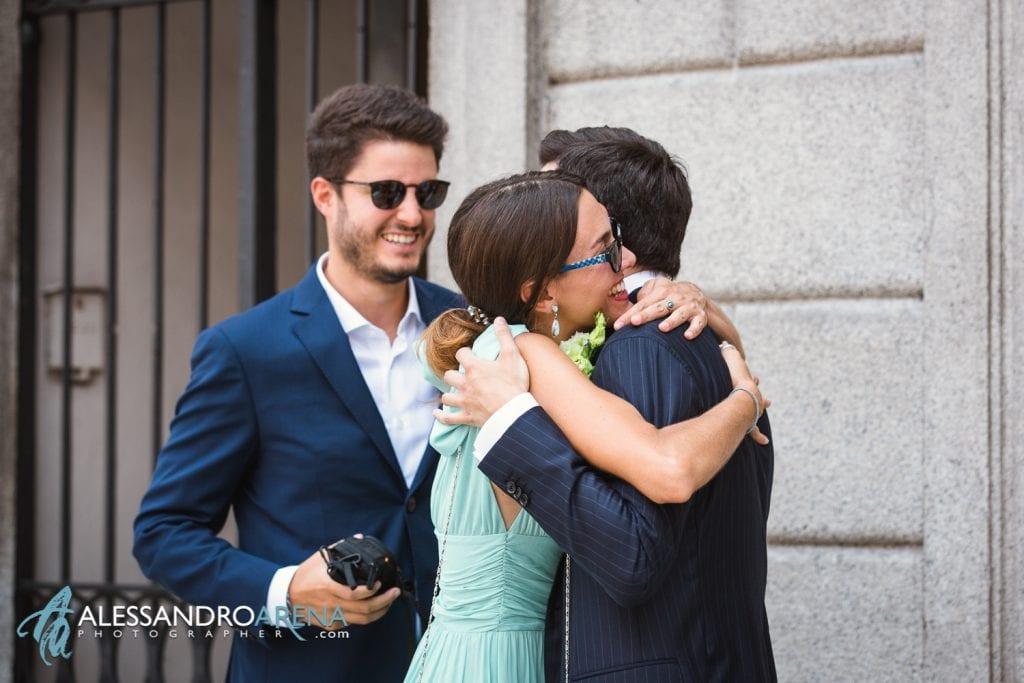 Lo sposo accoglie gli invitati - Rito civile municipio di Lugano
