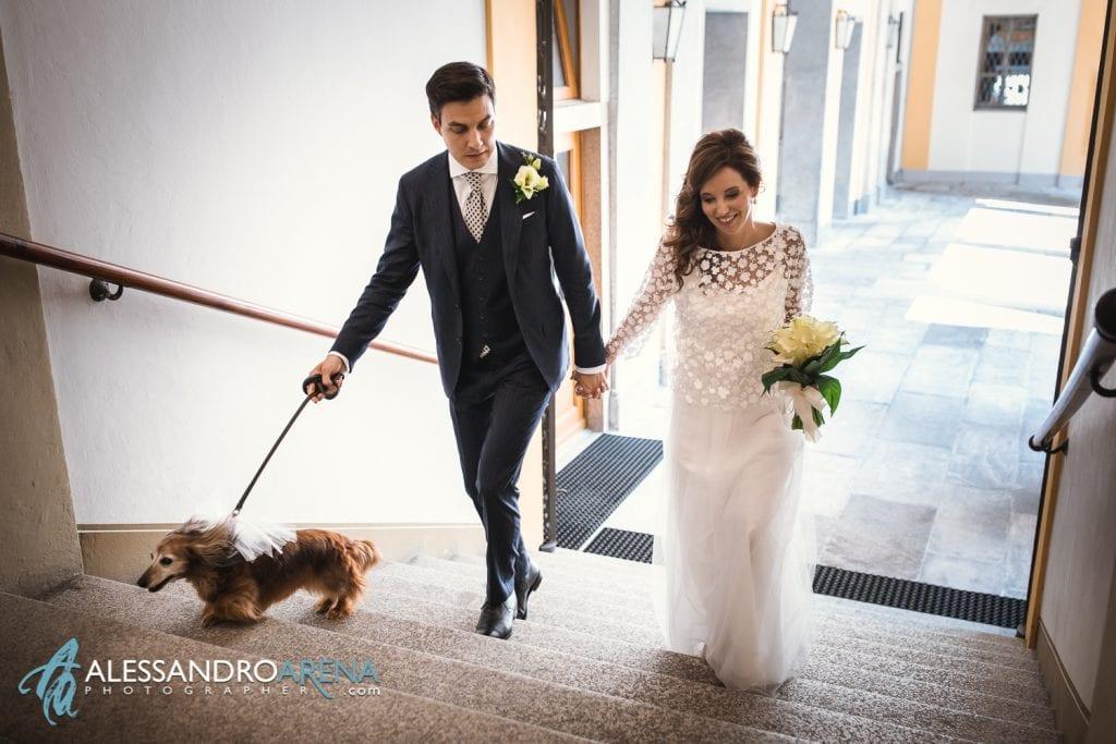 Sposi salgono i gradini del municipio di Lugano