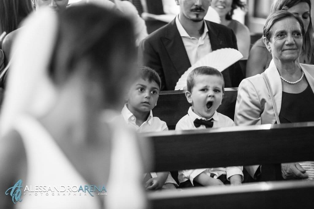 Bambino si annoia durante il matrimonio