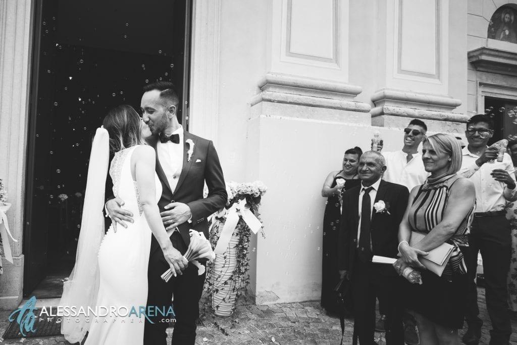 Bacio all'uscita degli sposi
