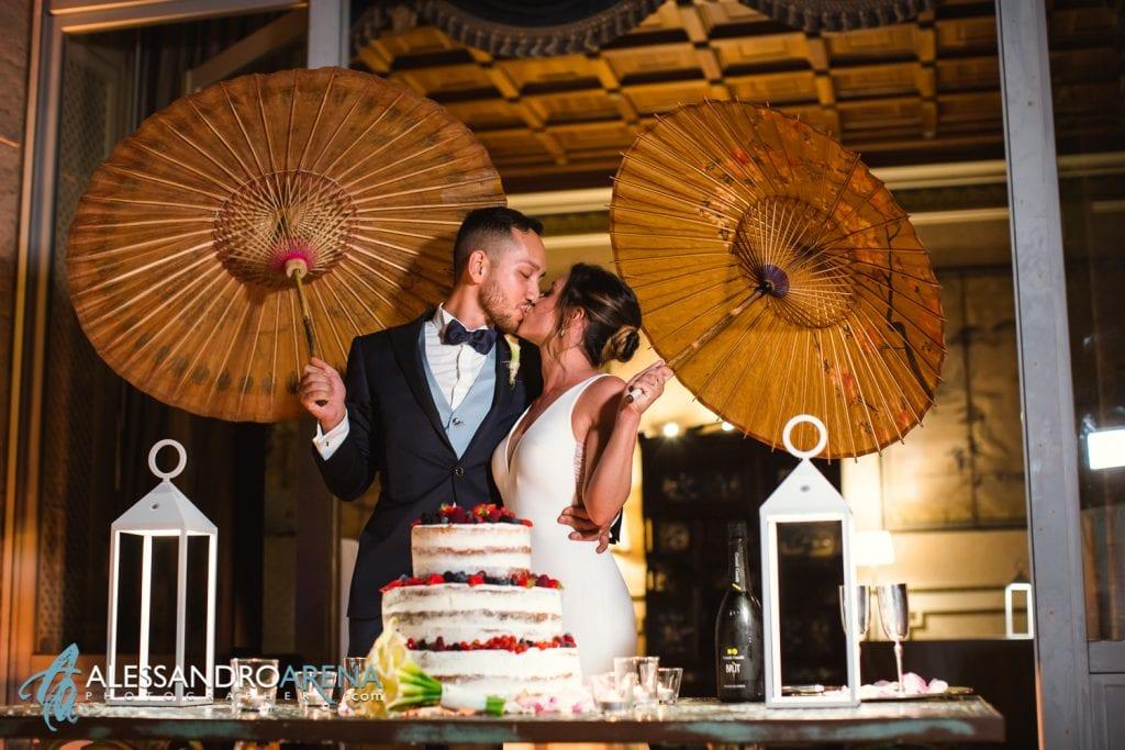 Bacio degli sposi al taglio della torta