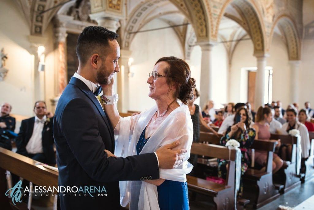 Attimi di emozione durante l'ingresso dello sposo con la madre - chiesa di pazzalino pregassona