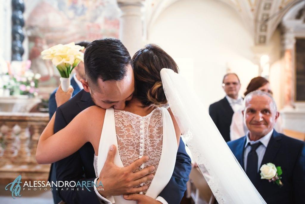 Abbraccio tra gli sposi - matrimonio chiesa di pazzalino